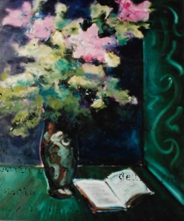 Vaso con fiori rosa e libro aperto